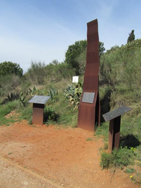 Senyalitzacions situades a l'entrada del recinte del parc arqueològic.