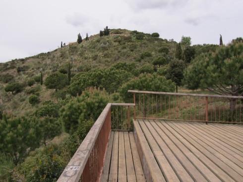 Vista del cim del poblat des del banc de la terrassa del mirador del pla de les Alzines.