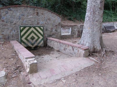Al anar pel camí de la dreta, el primer que us trobareu és la font de Sant Roc o del Drapet, un bon lloc per fer una petita aturada, i beure aigua de la font.